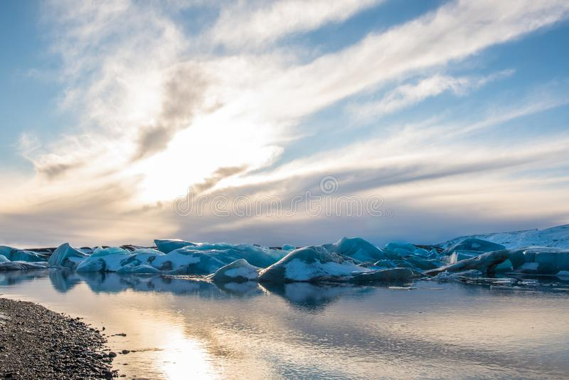 Por do sol acima dos iceberg na lagoa da geleira de Jokulsarlon em Isl?ndia foto de stock