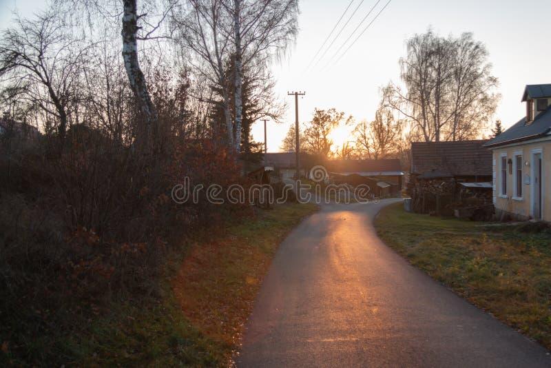 Por do sol acima dos telhados de uma vila imagens de stock