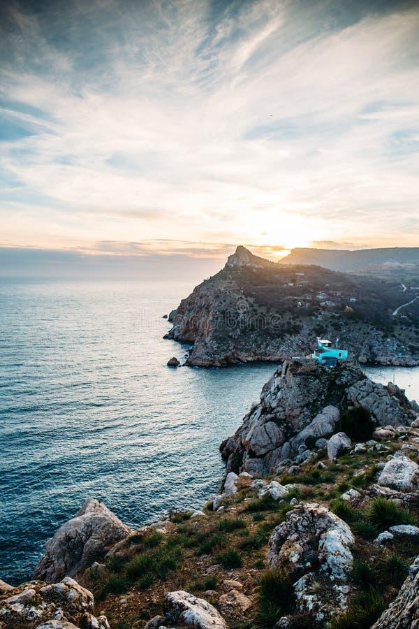 Por do sol acima do penhasco da montanha no mar, vista do monte de Balaklava, paisagem bonita da natureza, destinos do curso fotos de stock royalty free