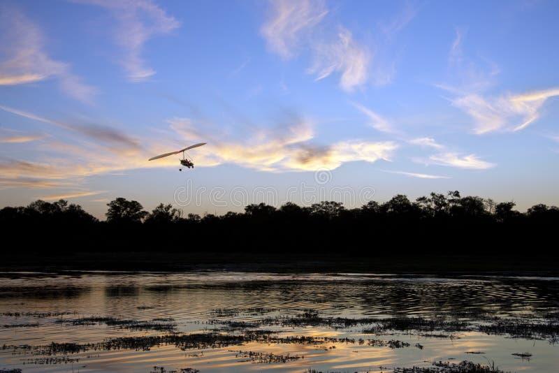 Por do sol africano - delta de Okavango - Botswana fotografia de stock
