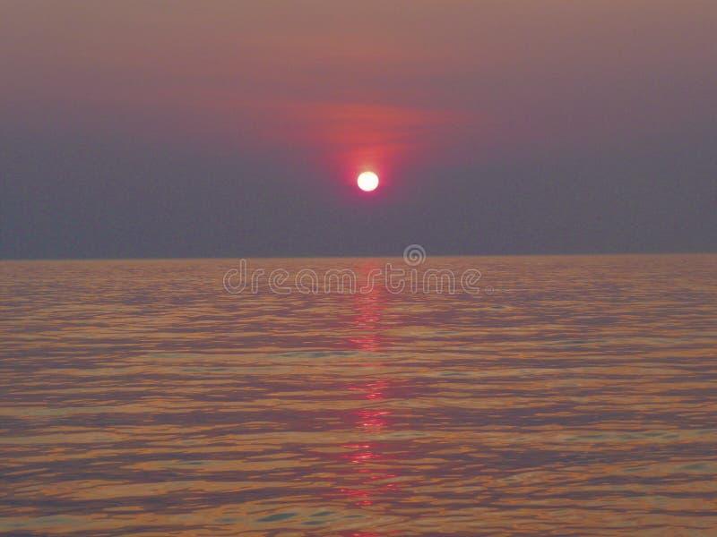 Por do sol africano em Moçambique sobre o lago foto de stock