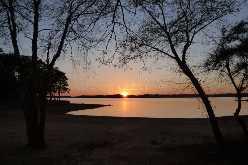 Por do sol além do lago Lanier Georgia imagens de stock royalty free