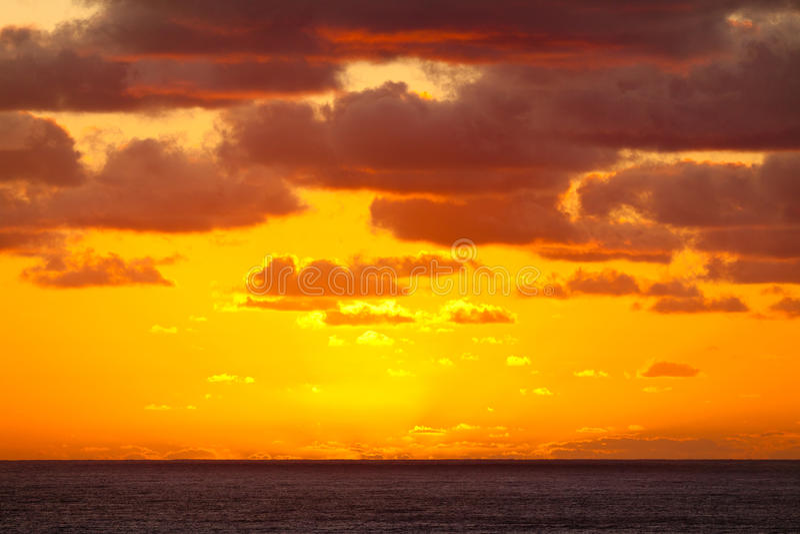 Por do sol alaranjado dramático espectacular sobre o oceano fotos de stock royalty free
