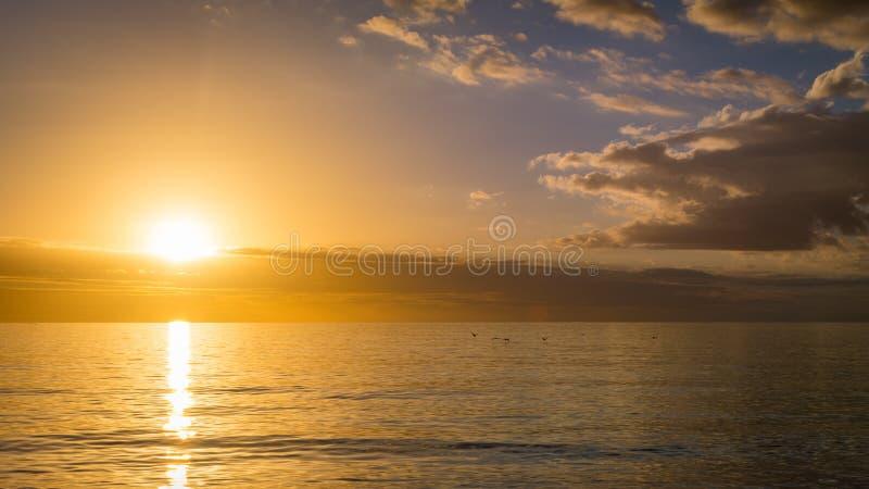 Por do sol alaranjado e azul sobre o Golfo do México fora da costa oeste de Florida fotos de stock
