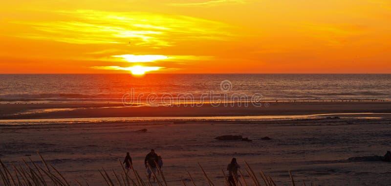 Por do sol alaranjado e dourado brilhante fotografia de stock royalty free
