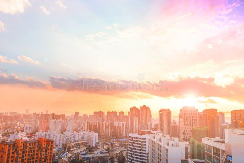 Por do sol alaranjado e nuvem sobre a arquitetura da cidade Kiev foto de stock