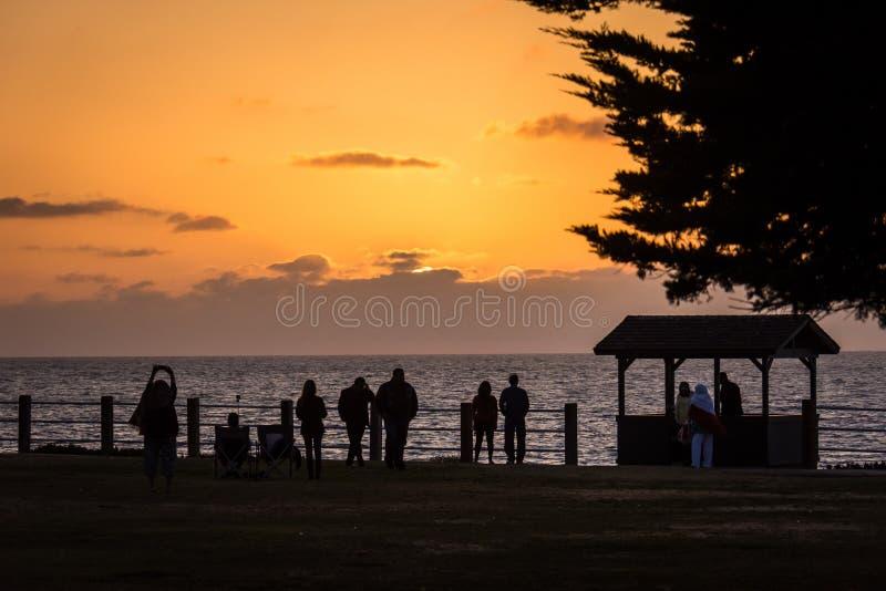 Por do sol alaranjado e roxo colorido no Oceano Pacífico em La Jolla, San Diego California Sihouette dos turistas apreciando foto de stock royalty free