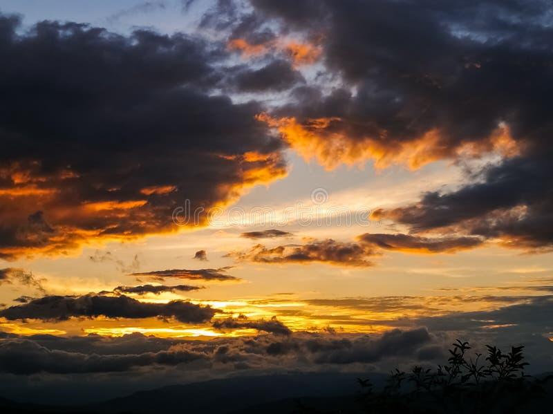 Por do sol alaranjado do fogo sobre o horizonte da montanha fotografia de stock