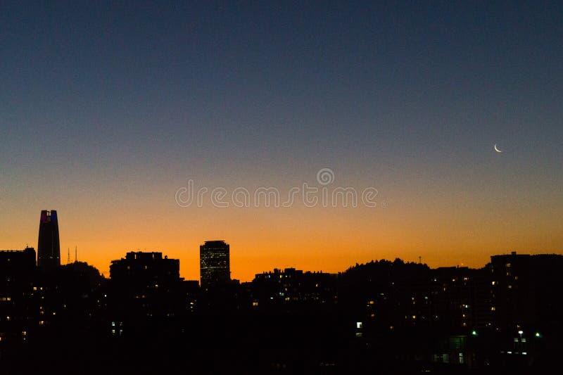 Por do sol alaranjado na cidade foto de stock