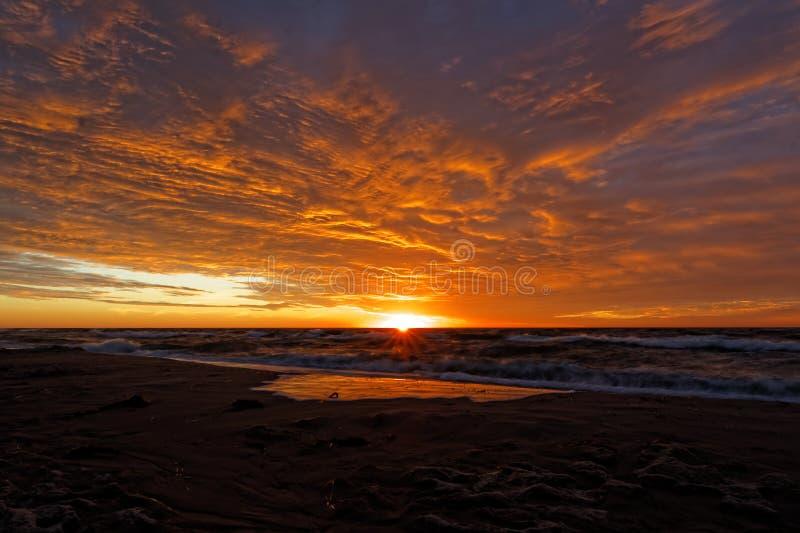 Por do sol alaranjado na praia Mar Báltico imagens de stock royalty free