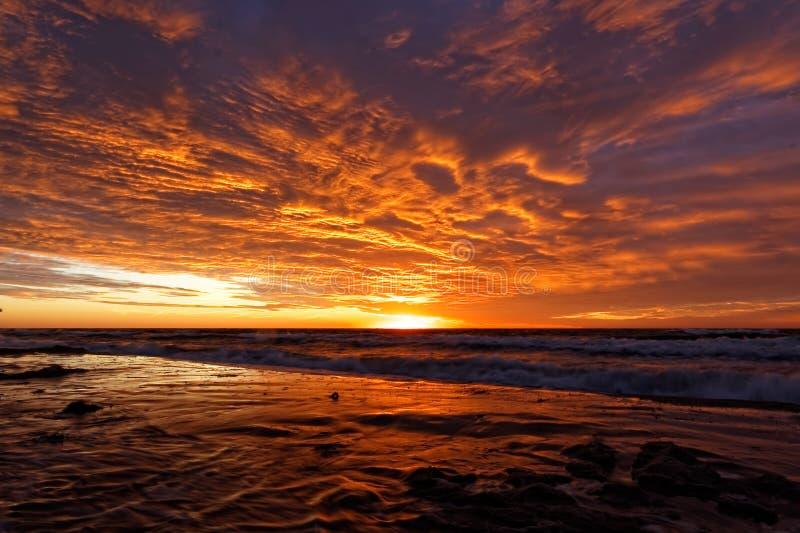 Por do sol alaranjado na praia Mar Báltico imagens de stock