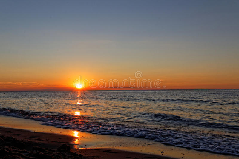 Por do sol alaranjado na praia Mar Báltico fotos de stock
