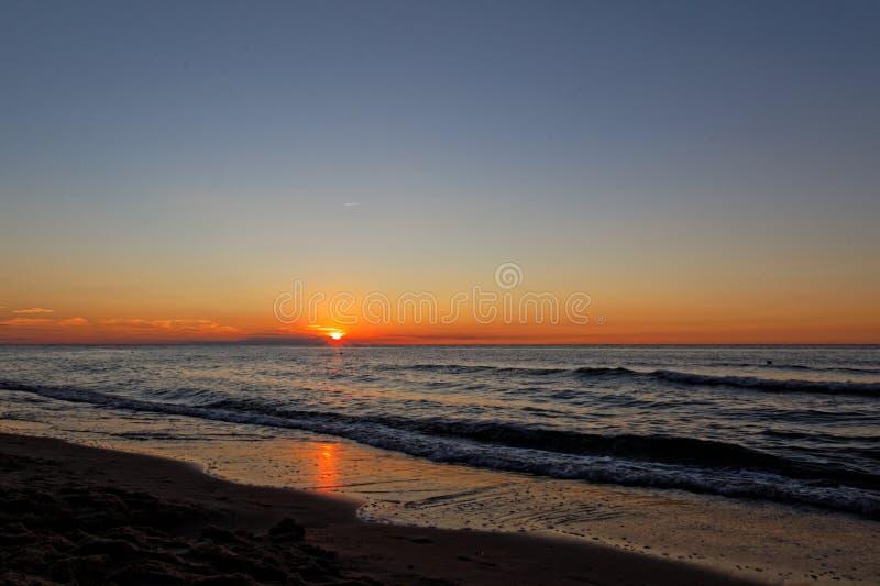 Por do sol alaranjado na praia Mar Báltico fotografia de stock royalty free