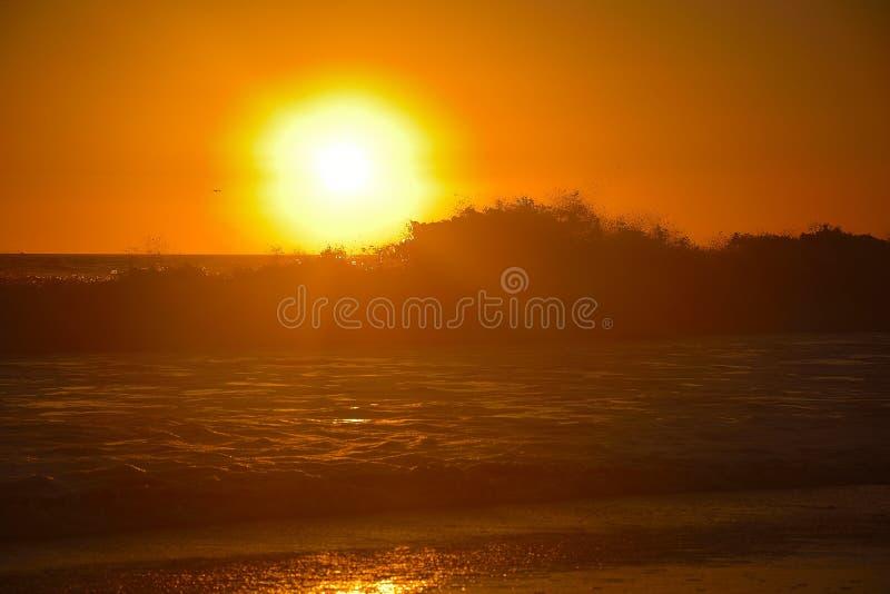 Por do sol alaranjado sobre as ondas na praia de Santa Monica fotos de stock