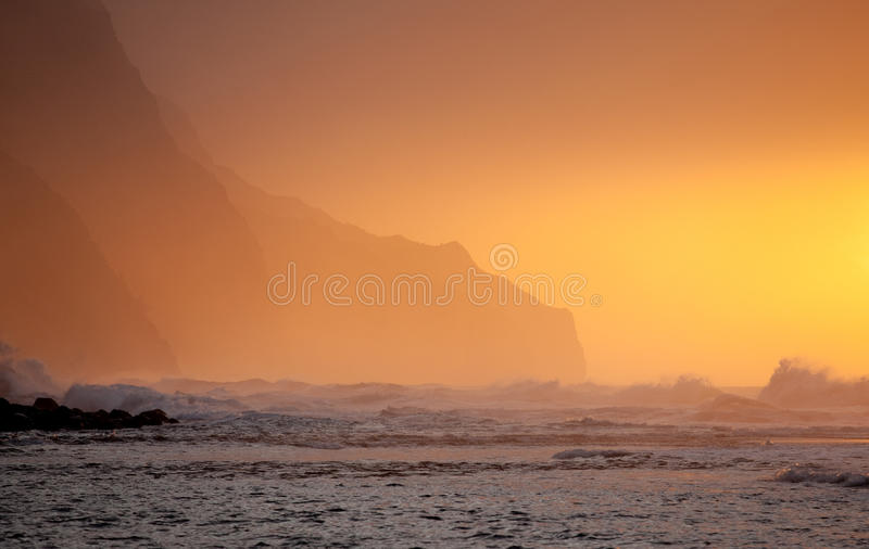 Por do sol alaranjado sobre Na Pali fotografia de stock