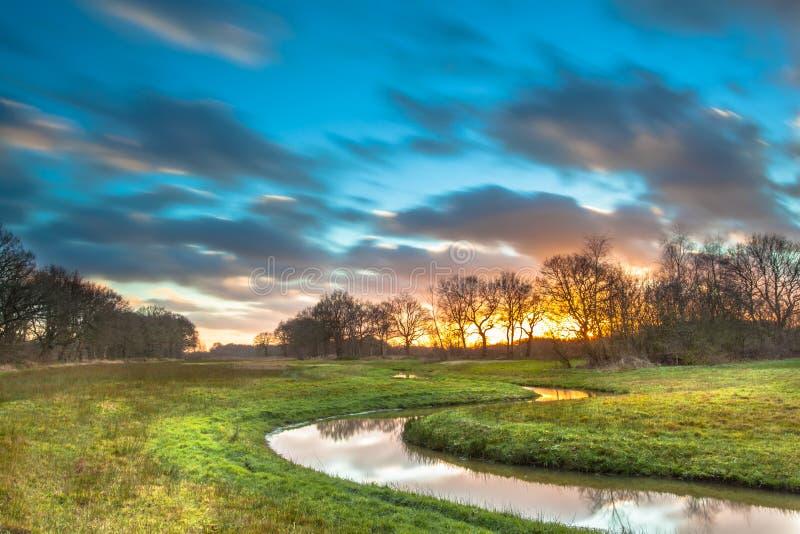 Por do sol alaranjado sobre River Valley fotos de stock royalty free
