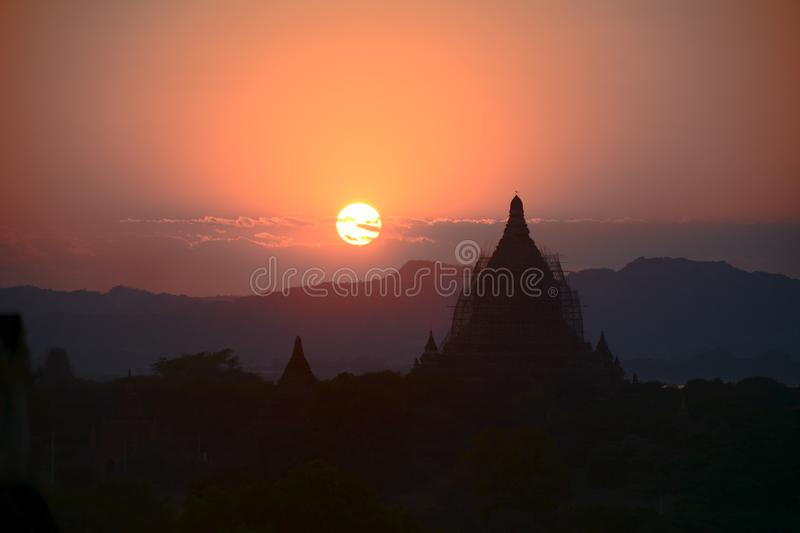 Por do sol ao lado de Bagan Temple em Myanmar fotos de stock