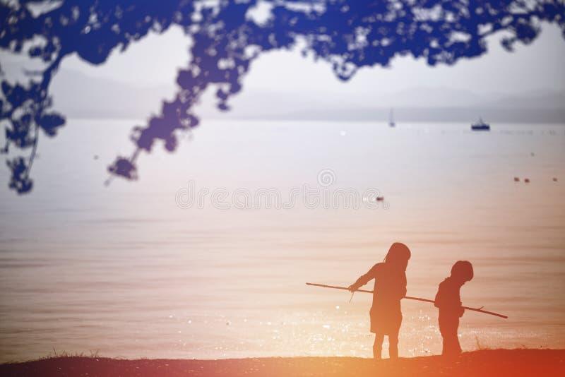Por do sol ao lado do lago imagem de stock royalty free