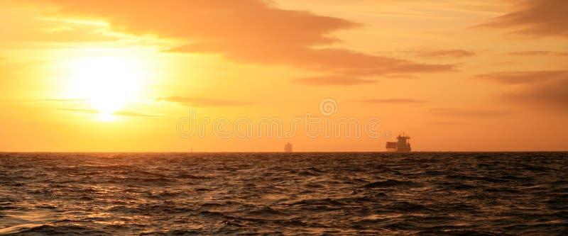 Por do sol ao mar norte. imagem de stock