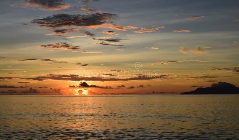 Por do sol do ardor sobre o Oceano Índico, Seychelles foto de stock