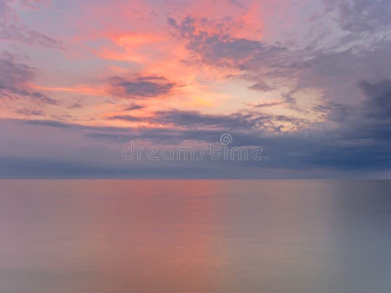 Por do sol atmosférico na costa do mar Báltico fotos de stock royalty free