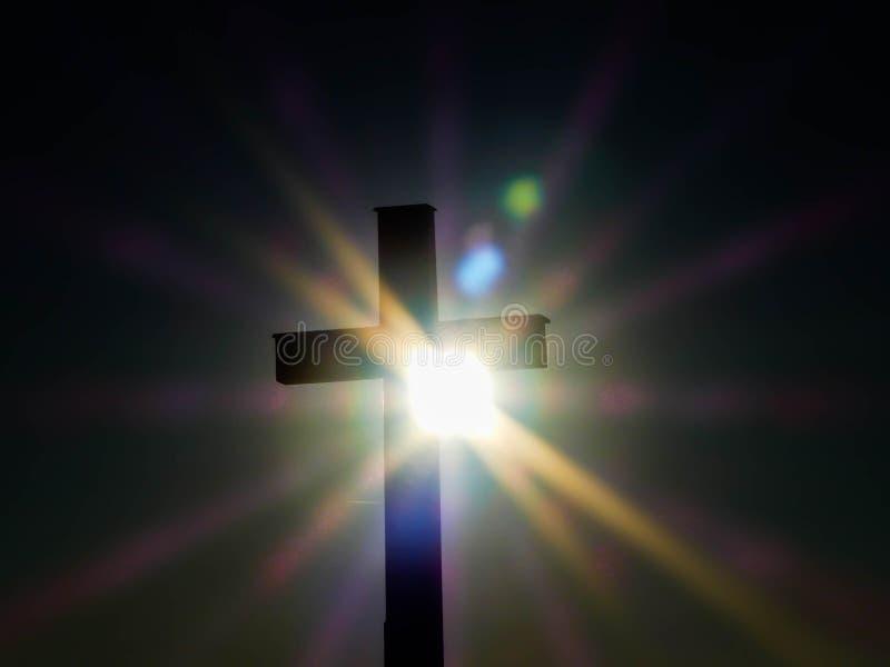 Por do sol atrás da cruz do católico da silhueta imagem de stock royalty free