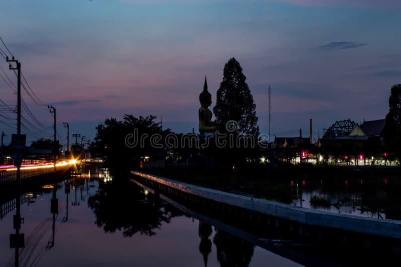 Por do sol atrás da estátua da Buda em Wat Lad Pha Dook, templo imagens de stock royalty free