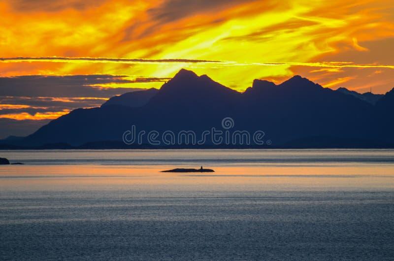 Por do sol atrás das ilhas de Lofoten fotos de stock
