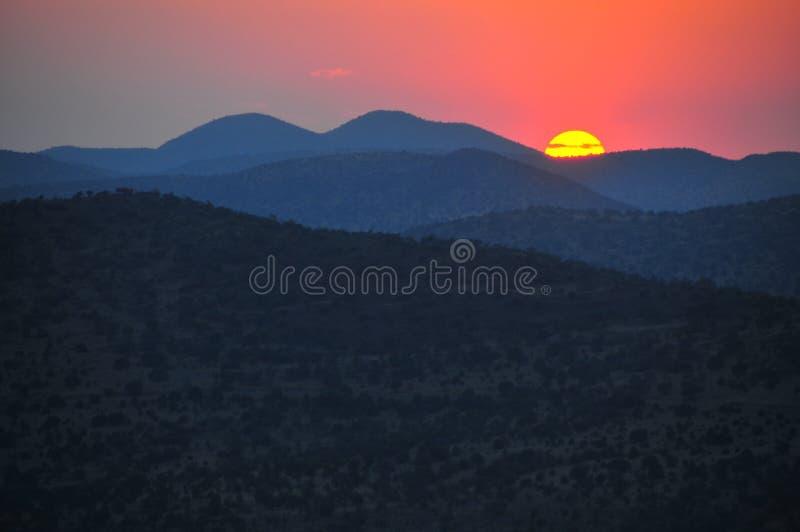Por do sol atrás das montanhas fotografia de stock royalty free