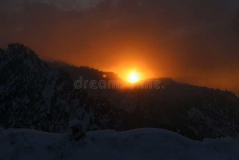 Por do sol atrás das montanhas fotos de stock