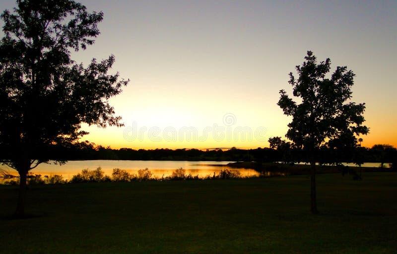 Por do sol atrás do lago fotografia de stock