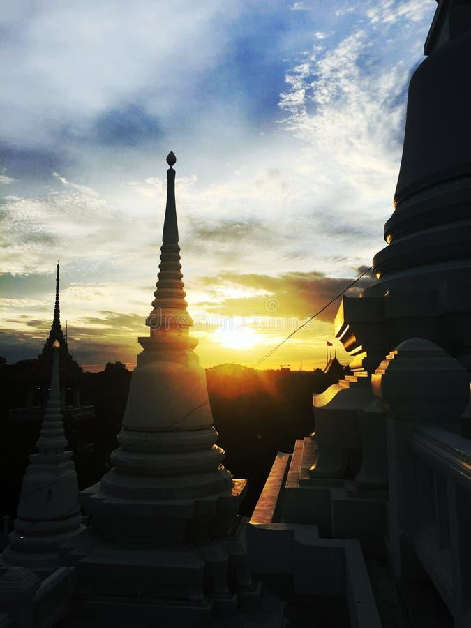 Por do sol atrás do pagode em templos tailandeses foto de stock