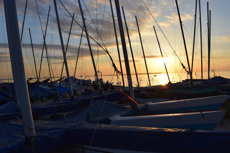 Por do sol através dos mastros do barco fotos de stock royalty free