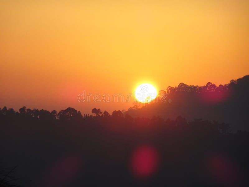 Por do sol atrav?s das montanhas imagem de stock royalty free