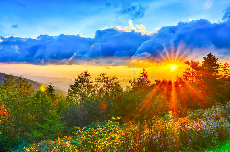 Por do sol azul das montanhas apalaches de fim do verão de Ridge Parkway ocidental fotografia de stock