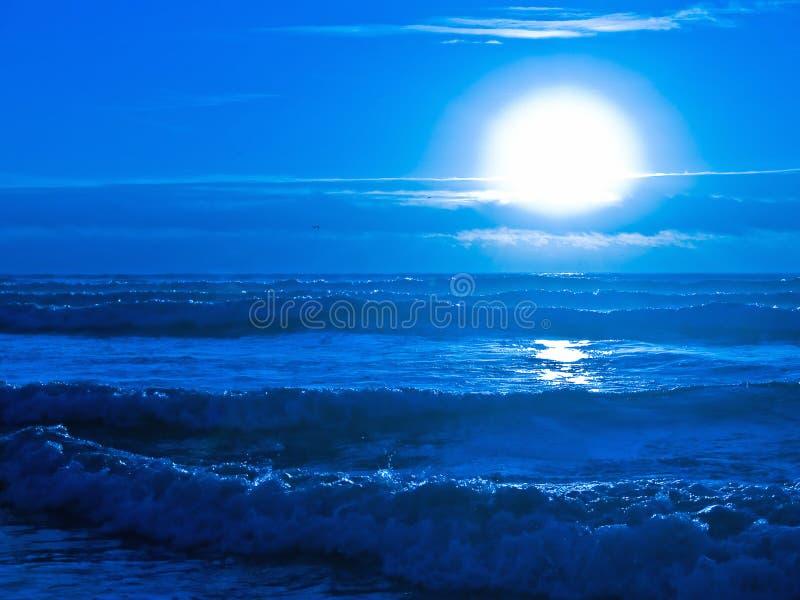 Por do sol azul sobre o oceano imagens de stock royalty free