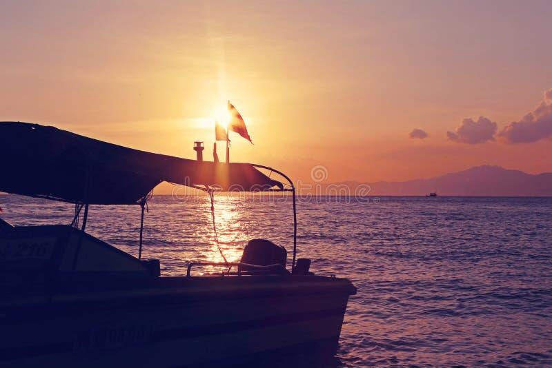 Por do sol, balsa, beira-mar, praia, paisagem, pico distante fotografia de stock