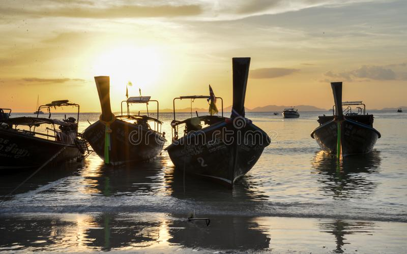Por do sol, barcos da cauda longa na praia de Railay, Krabi, Tailândia imagens de stock royalty free
