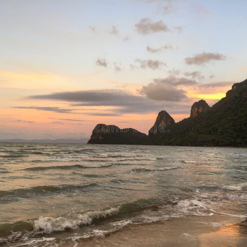 Download Por do sol bonito foto de stock. Imagem de montanha - 107529316