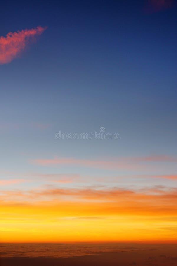 Por do sol bonito acima das nuvens imagem de stock royalty free