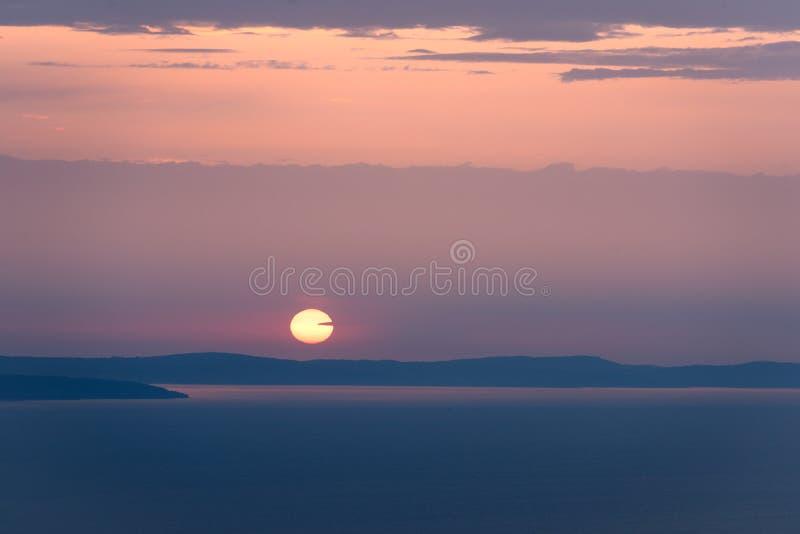 Por do sol bonito acima do mar imagem de stock