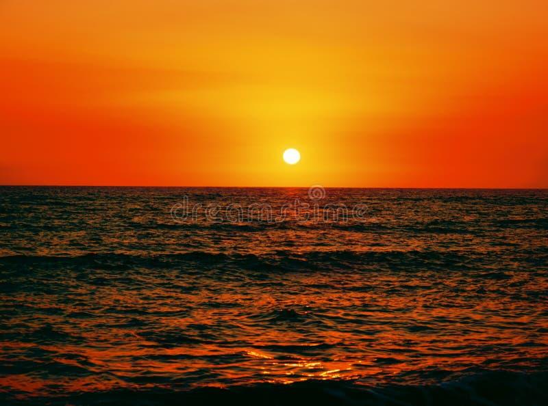 Por do sol bonito acima do mar foto de stock