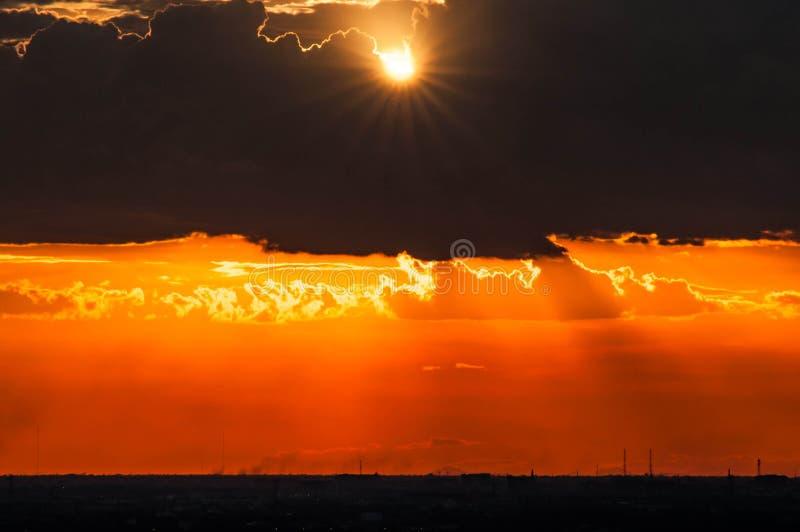 Por do sol bonito claro através das nuvens imagens de stock royalty free