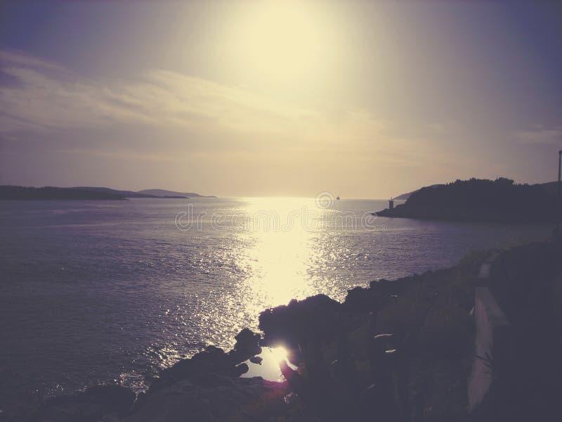 Por do sol bonito, colorido do verão sobre o mar; desvanecido, retro, estilo de Instagram foto de stock royalty free