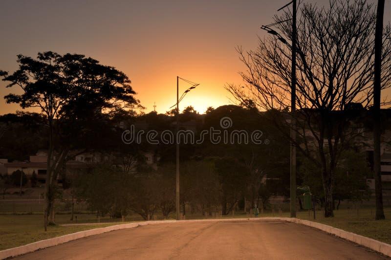 Por do sol bonito com cores mornas em uma fuga de caminhada imagens de stock