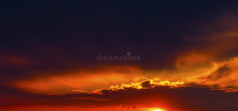 Por do sol bonito com nuvens dramáticas imagens de stock royalty free