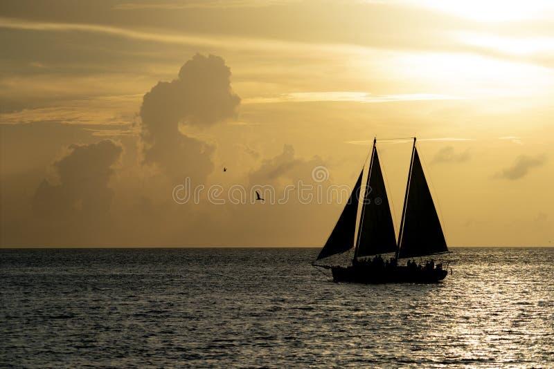 Por do sol bonito com silhueta do veleiro foto de stock royalty free