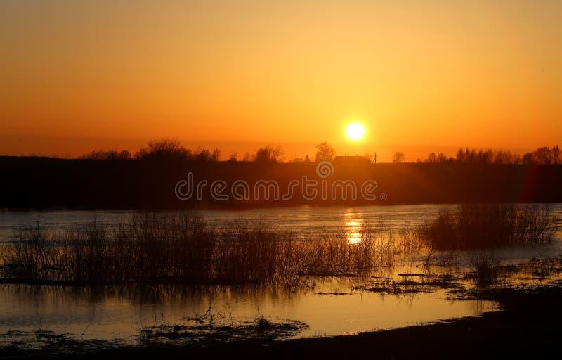 Por do sol bonito conservado em estoque de Foto no rio imagem de stock