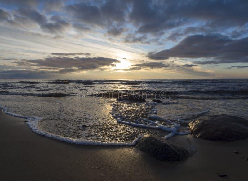 Por do sol bonito da mola no Sandy Beach do mar Báltico em Klaipeda, Lituânia fotografia de stock