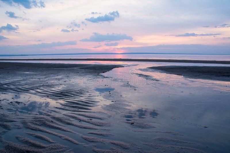 Por do sol bonito da mola sobre um rio Volga perto de Ulyanovsk fotografia de stock royalty free